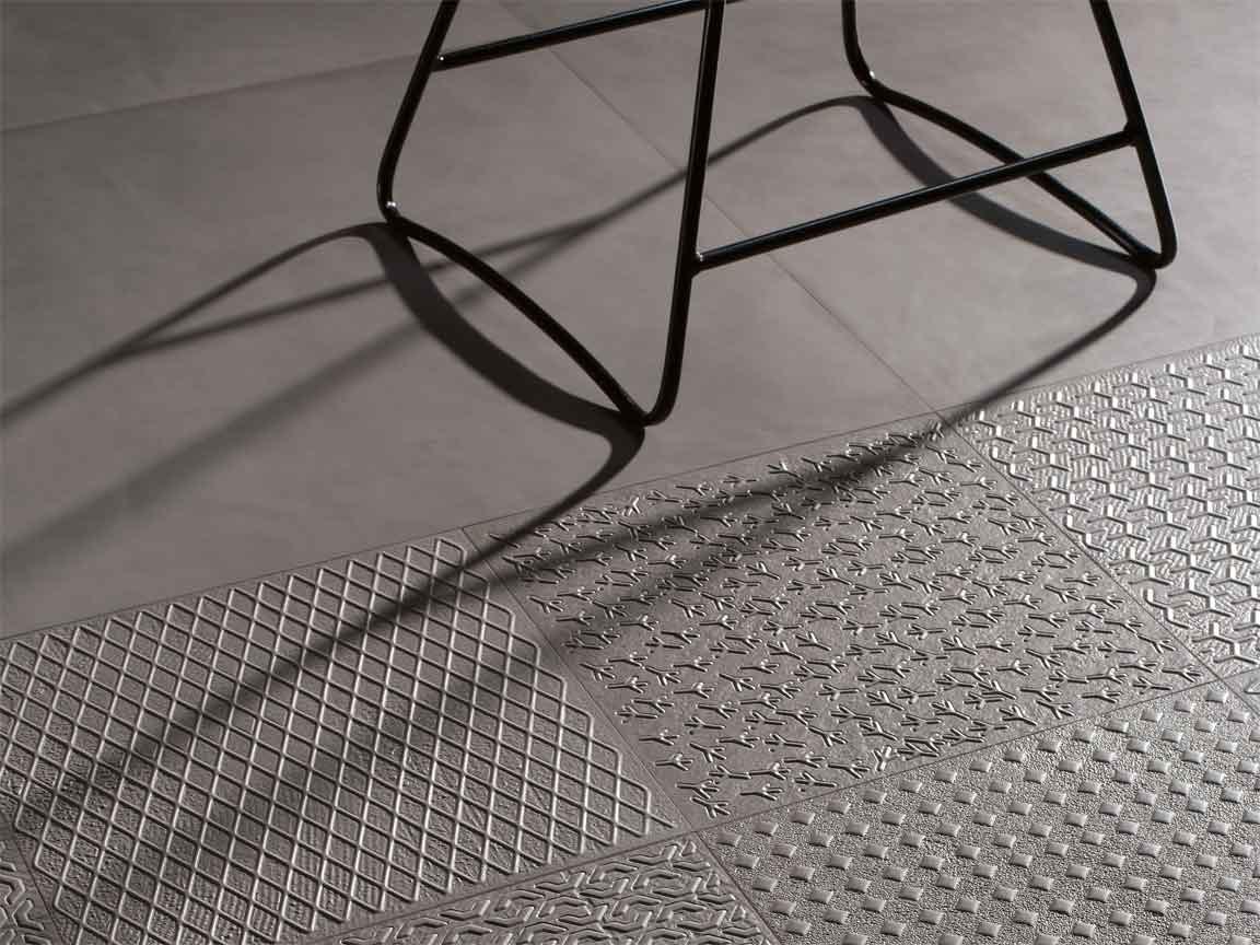 Bodenfliese in einer sehr schönen schwarzen Metalloptik mit passender Dekoration aus Italien