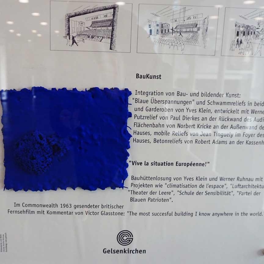 Im Foyer des Musiktheaters im Revier Gelsenkirchen hängen die bekannten blauen Schwammreliefs von Yves Klein, der sich seinen eigenen Blauton patentieren liess (International Klein Bleu (IKB))