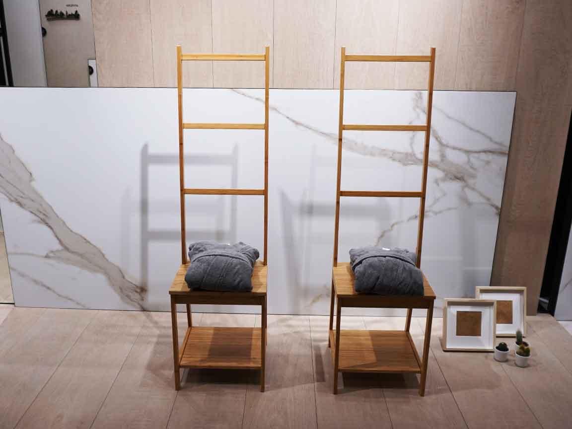 es ist eklektisch : klassische Marmoroptik trifft auf moderne Holzfliesen