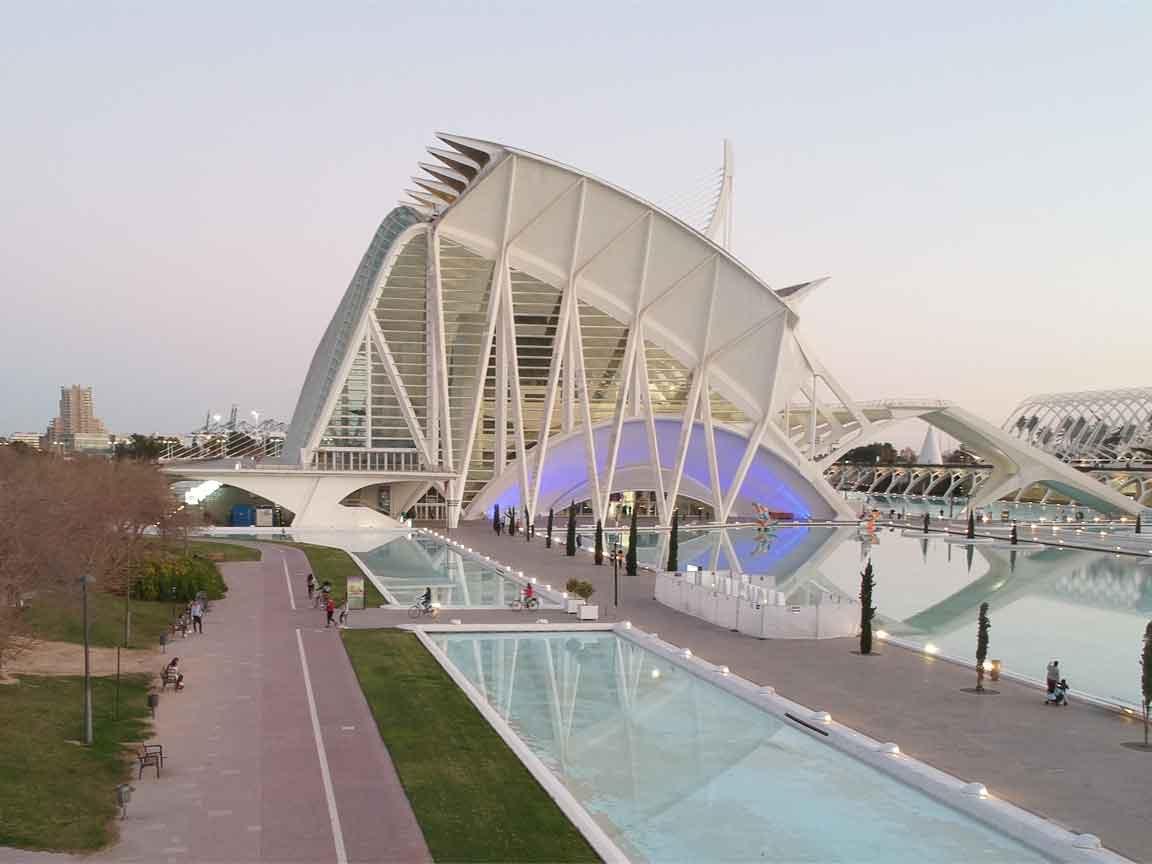 Drohnenflug über die Stadt der Künste und der Wissenschaft in Valencia / Spanien