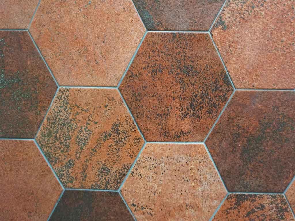 Bald in unserer Fliesenausstellung in Iserlohn und Essen : Hexagonfliesen in einer Cotto-Metall-Optik