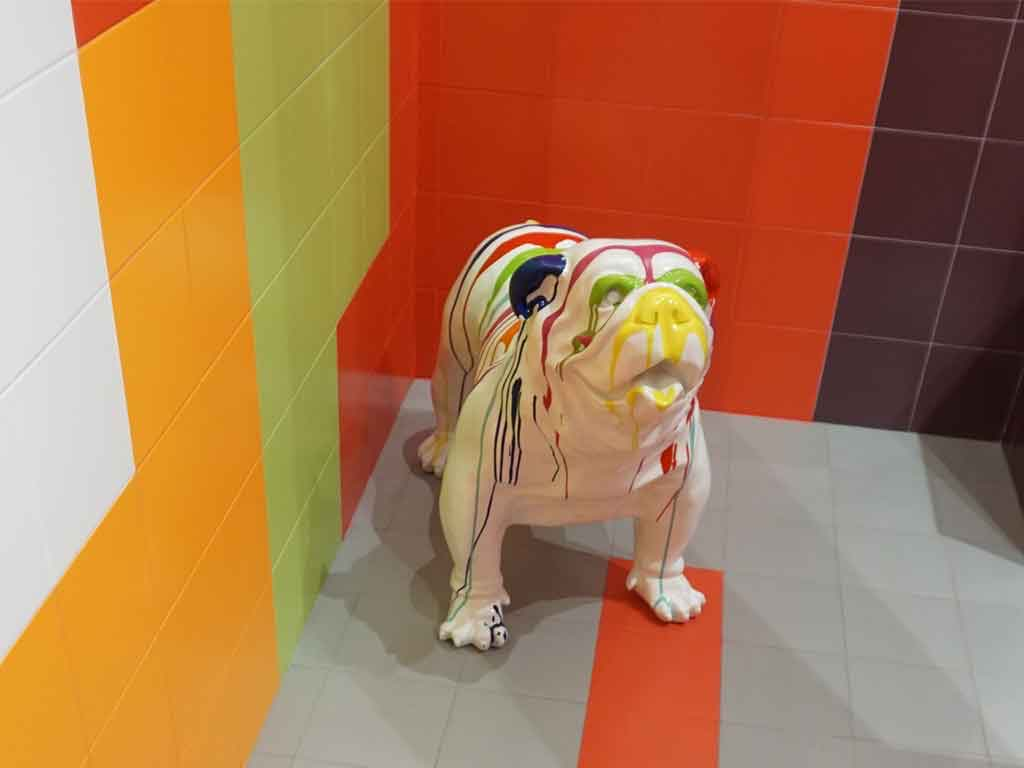 Hund beim Color-Blocking auf der Fliesenmesse CEVISAMA 2020 in Valencia / Spanien