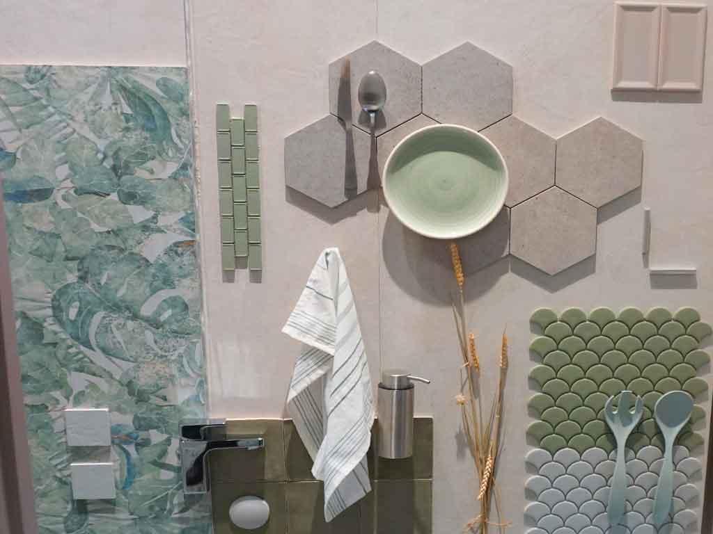 Urban Jungle-Collage in aktuellen Sage-Farben auf der Fliesenmesse CEVISAMA 2020 in Valencia / Spanien