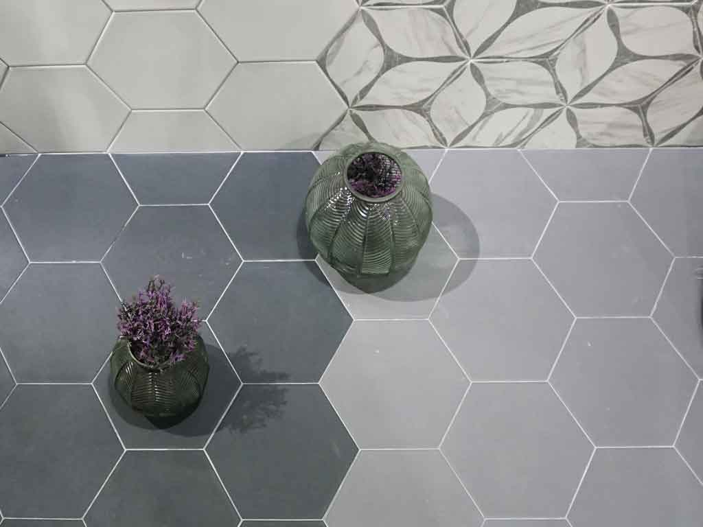 Hexagon-Fliesen (6eck-Fliesen) waren ein wichtiges Thema auf der CEVISAMA2020 in Valencia / Spanien