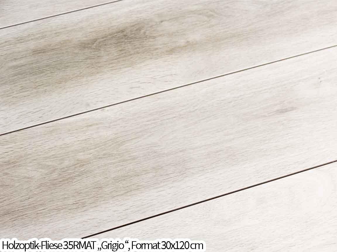 Die sehr helle Holzoptik-Fliese hat einen leichten Graustich