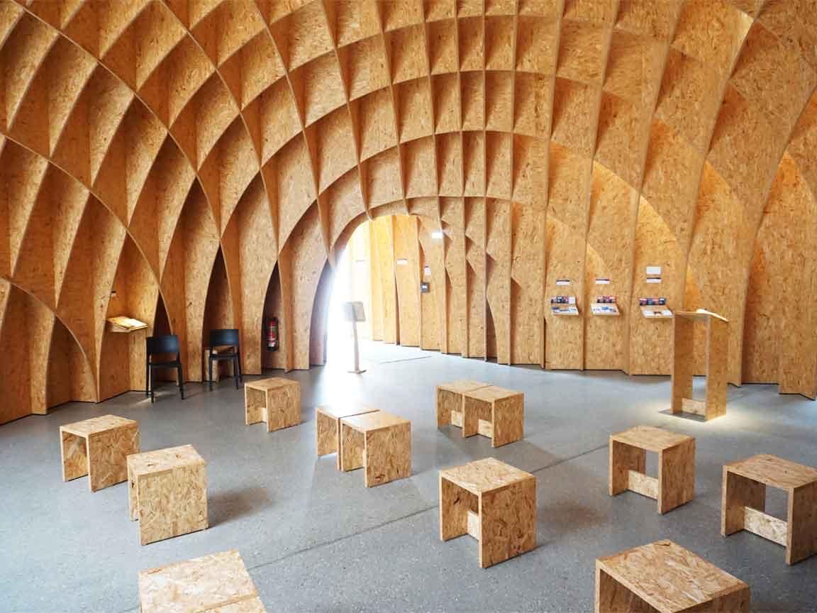 Die Autobahnkirche Siegerland bei Wilnsdorf benutzt eine 3D-Gestaltung, um sich vom Umfeld abzusetzen