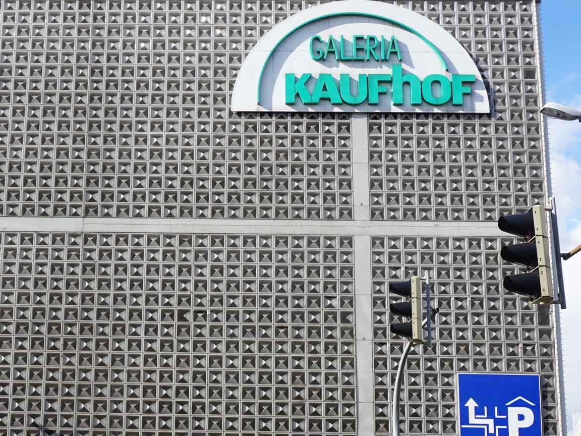 """die berühmte """"Hortenkachel"""" mit der bekannten 3D-Struktur. Ein Designittel der Architektur, um sich von anderen Kaufhäusern in der Innenstadt abzusetzen"""