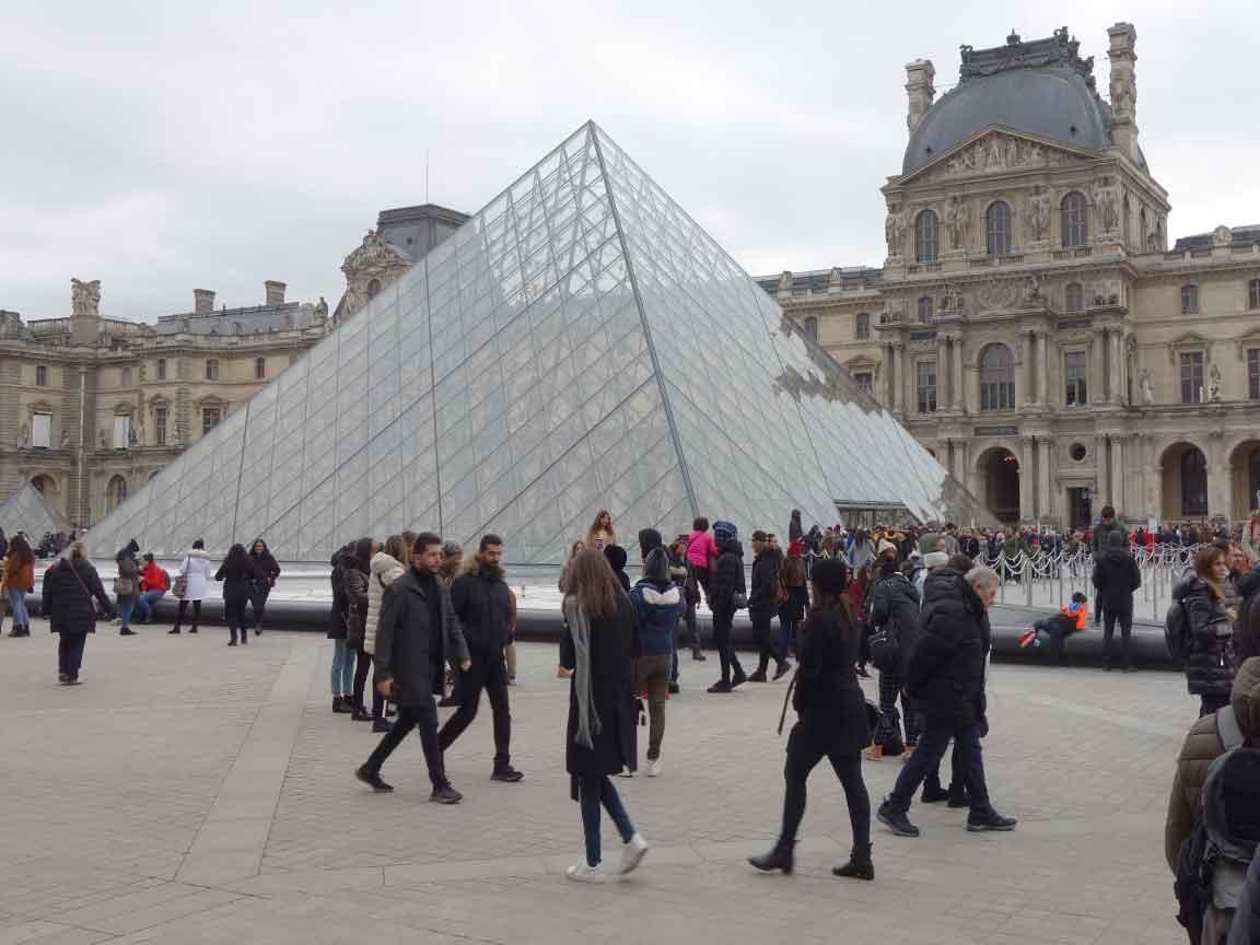 Die 3D-Pyramide ist zum Wahrzeichen des Louvre-Museums in Paris geworden