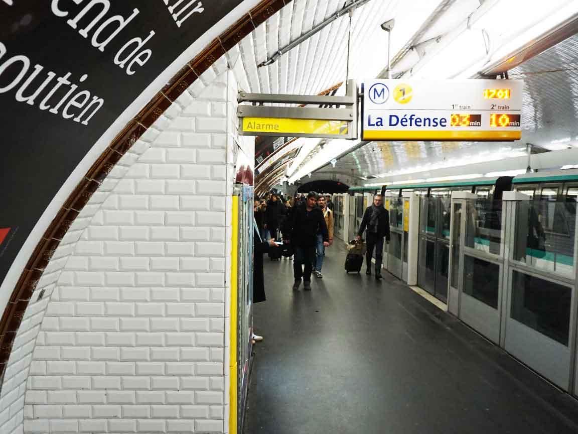 die typischen Metrofliesen in Paris