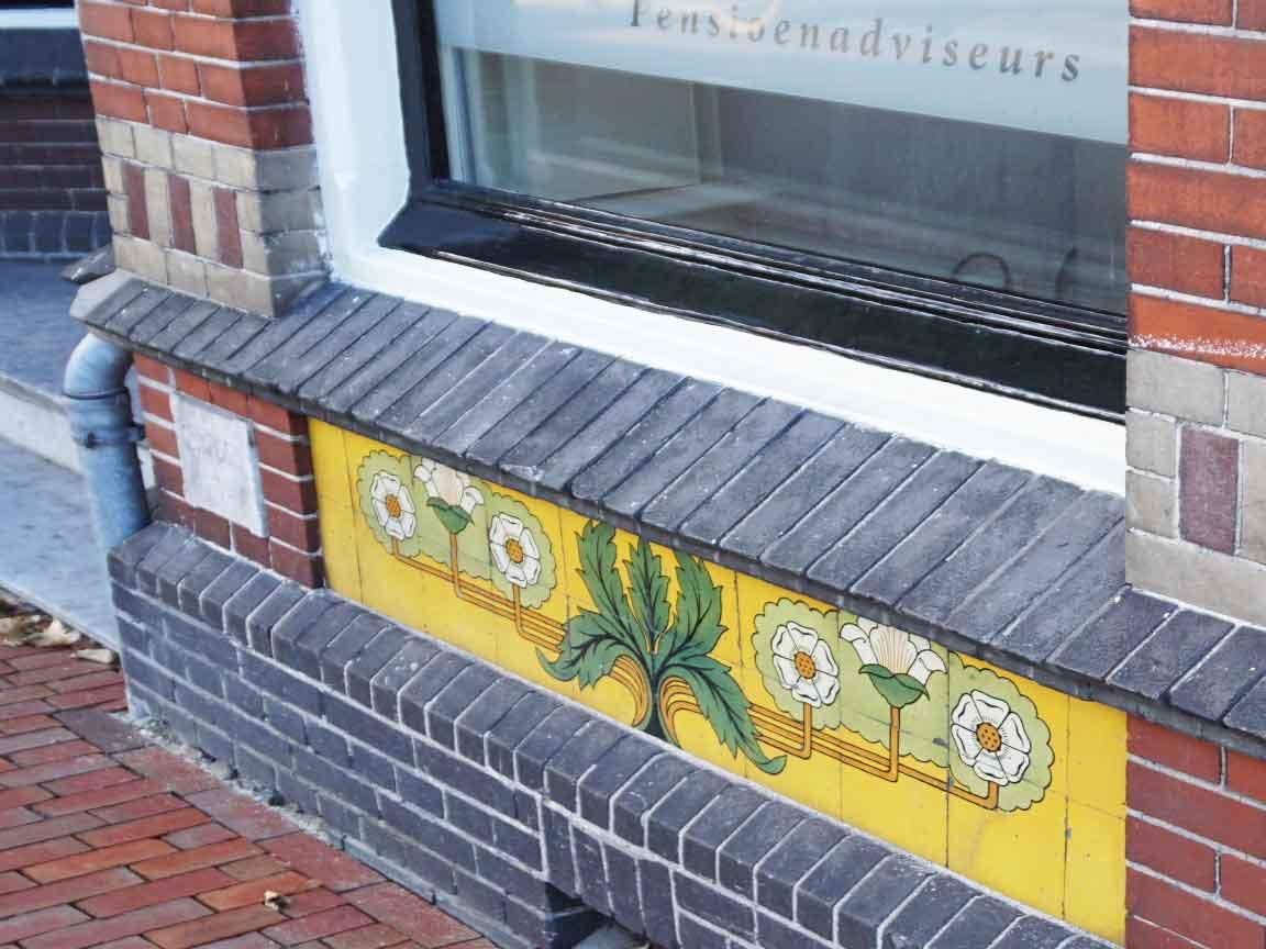 Pantone 2021 Illuminating und Ultimate Gray : Jugendstil-Fassade mit gelben Fliesen in Zwolle /NL