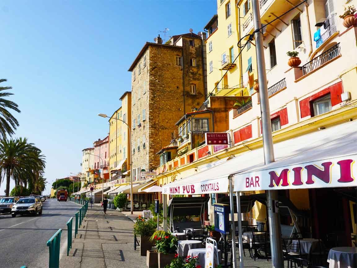 Pantone 2021 Illuminating und Ultimate Gray : Straßenszene mit gelben Hausfassaden in Menton / Südfrankreich