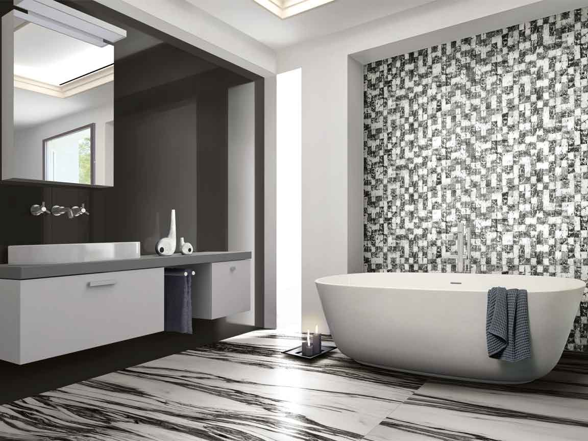 Badezimmer in einer schwarz-weiß Marmoroptik