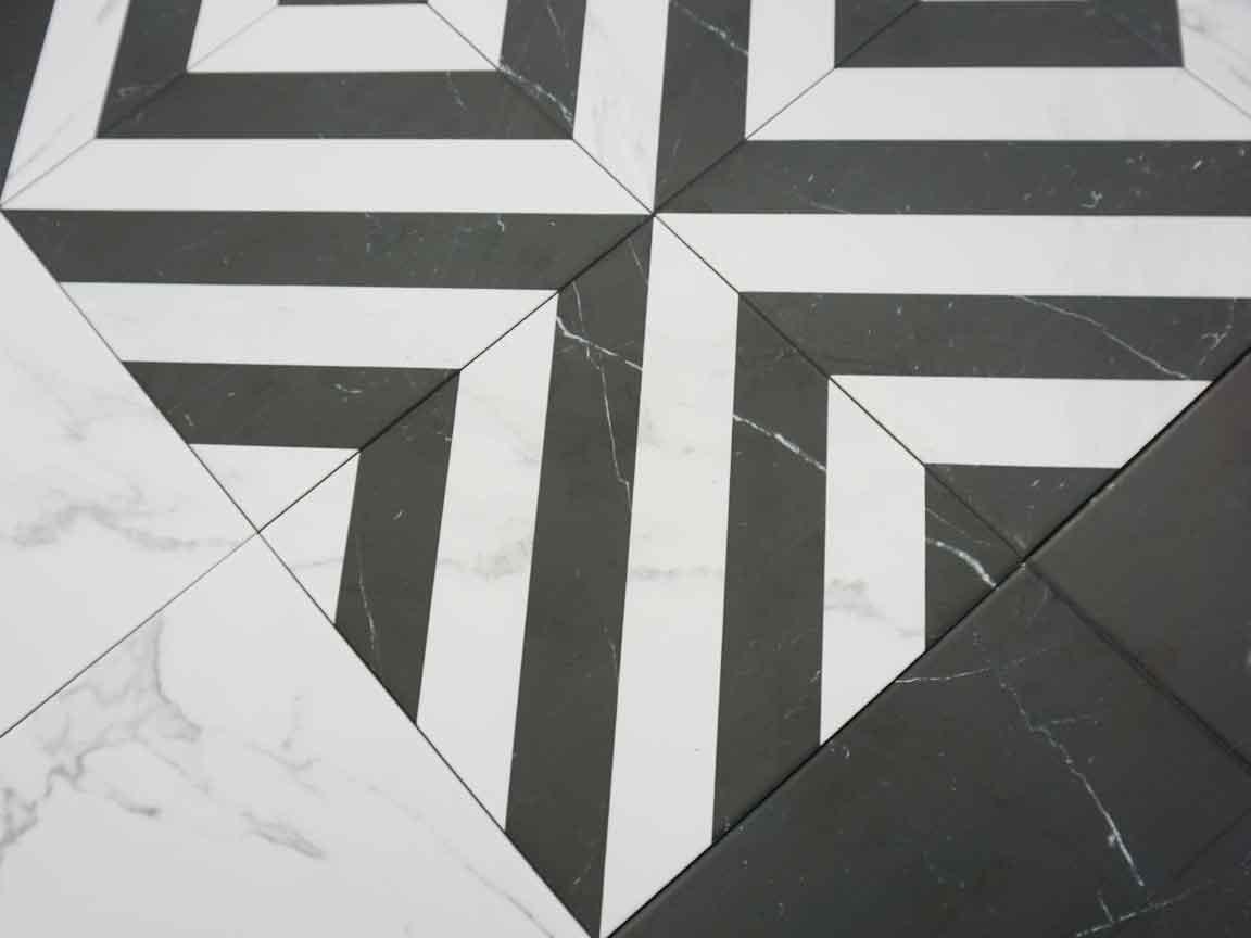 klassische schwarz-weiße Bodenfliesen mit passenden Dekorfliesen